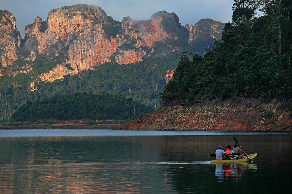 Tours Khao Sok-kajakken op het meer