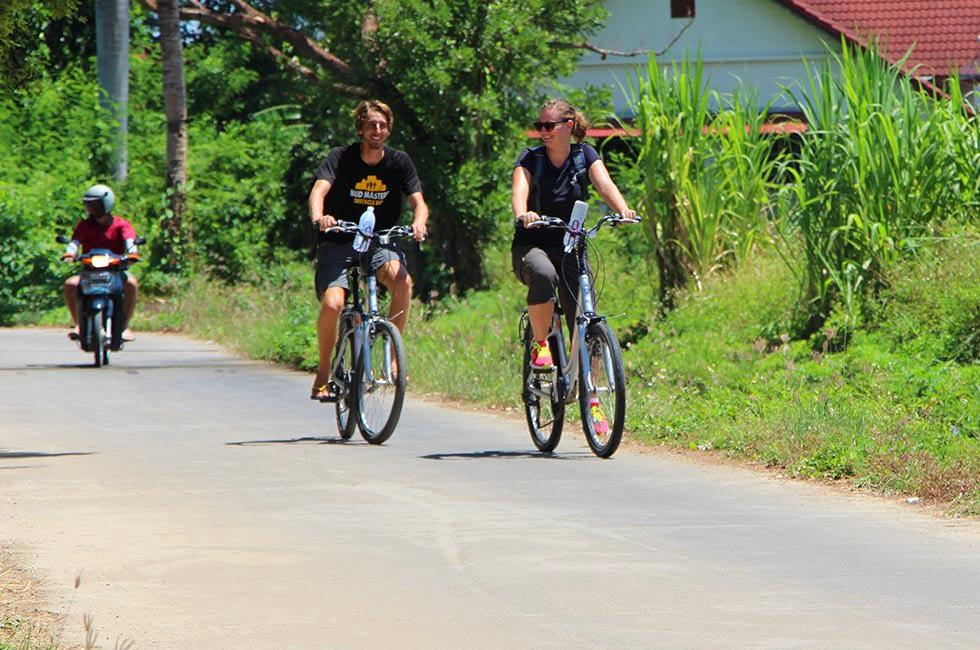Sander en Mariska fietsen