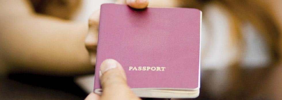 Paspoort afgeven bij douane