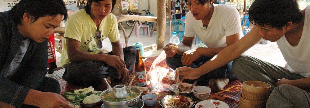 Een groep vrienden die samen eten - Thaise keuken