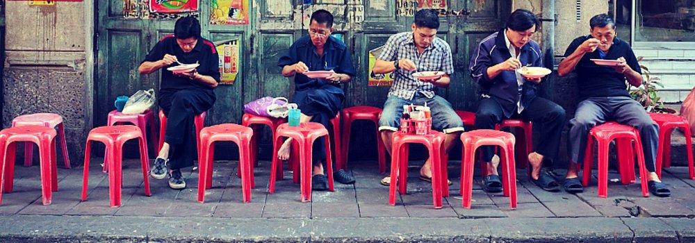 Locals die genieten van streetfood in Bangkok