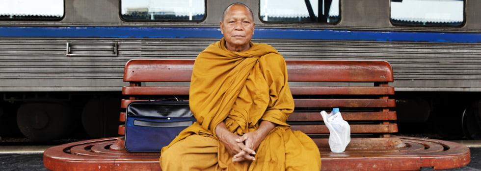 Thaise monnik op treinstation