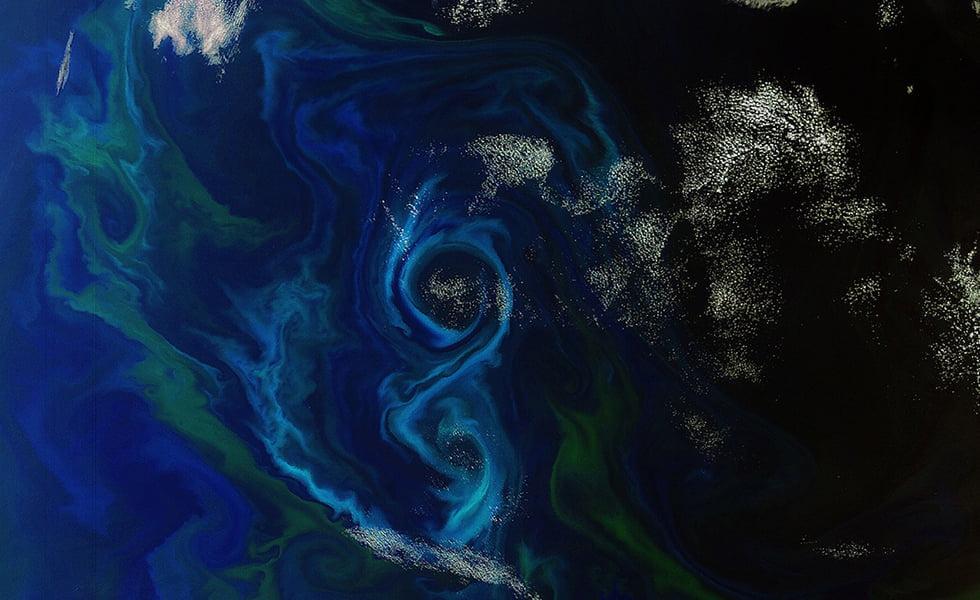 Lichtgevende algen vanuit de ruimte