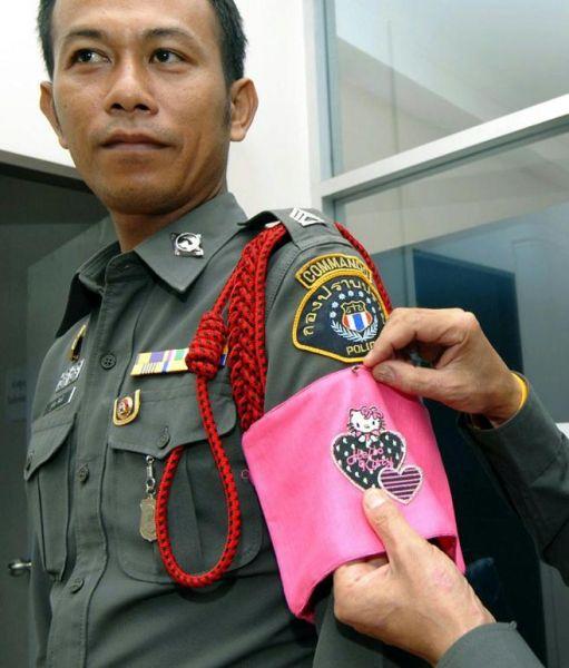 Hello Kitty armband bij een Thaise politieagent