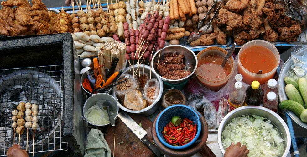 Streetfood in Bangkok. Helaas niet vegetarisch...