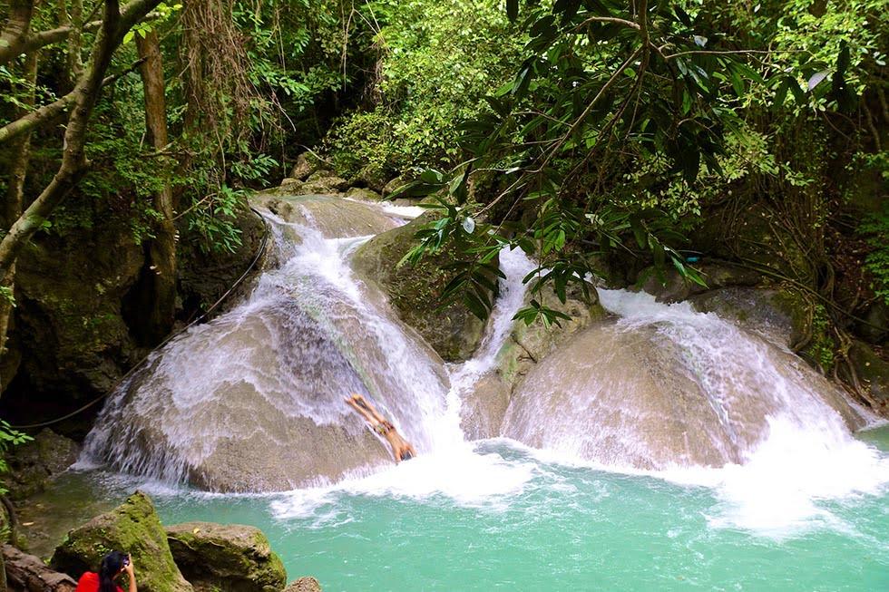 Glijden van de erawan watervallen