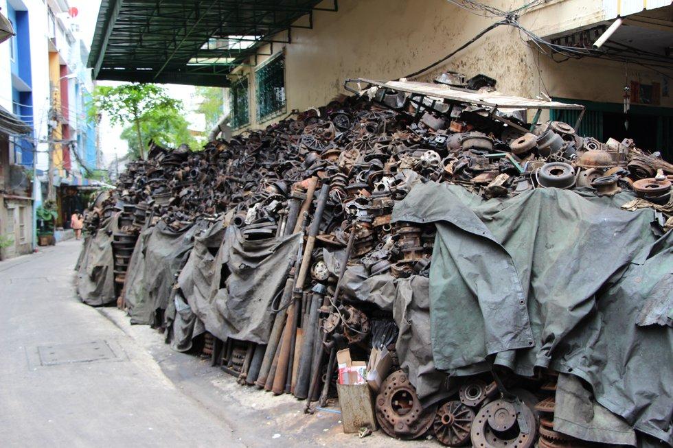 Een stapel auto onderdelen in Chinatown Bangkok