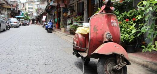 Een oude brommer in Chinatown, Bangkok