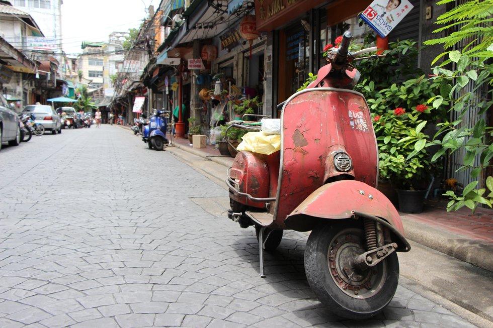 Een oude brommer in Chinatown Bangkok