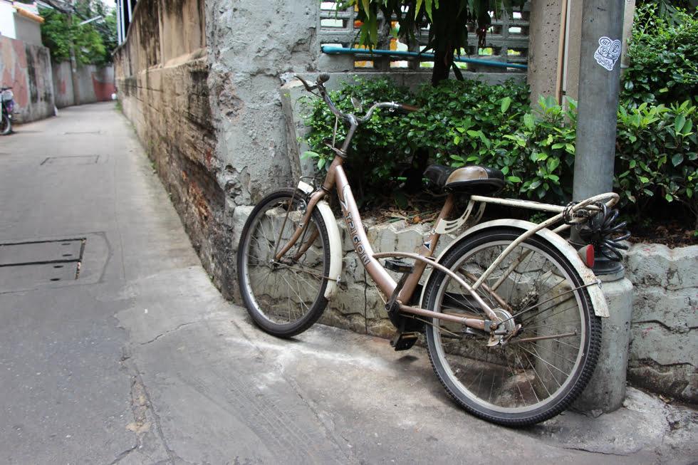 Een van de weinige verlaten straten in Chinatown Bangkok