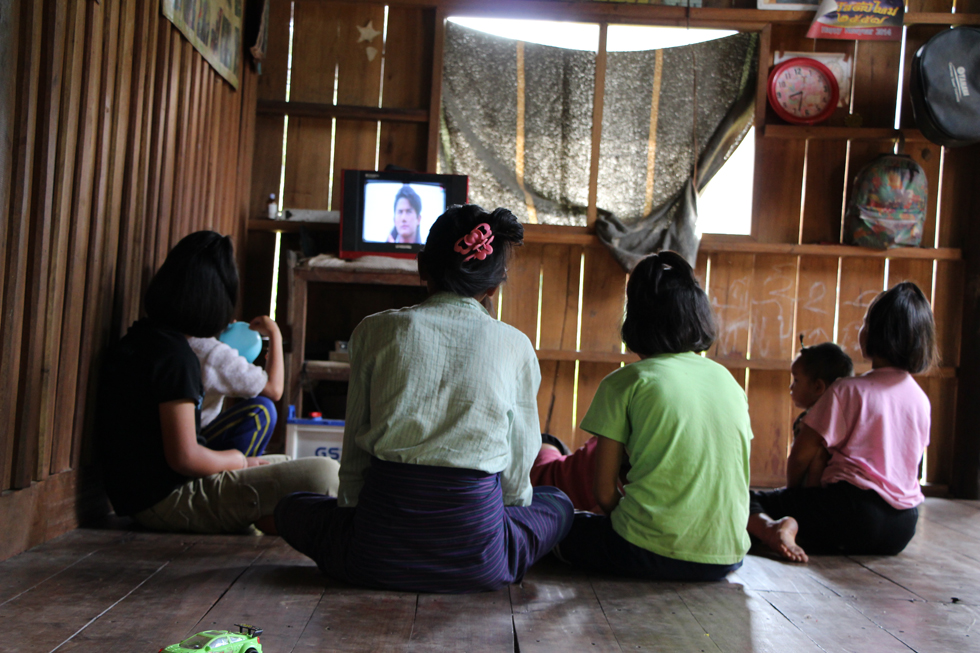 Met z'n allen televisie kijken in Thung Yai