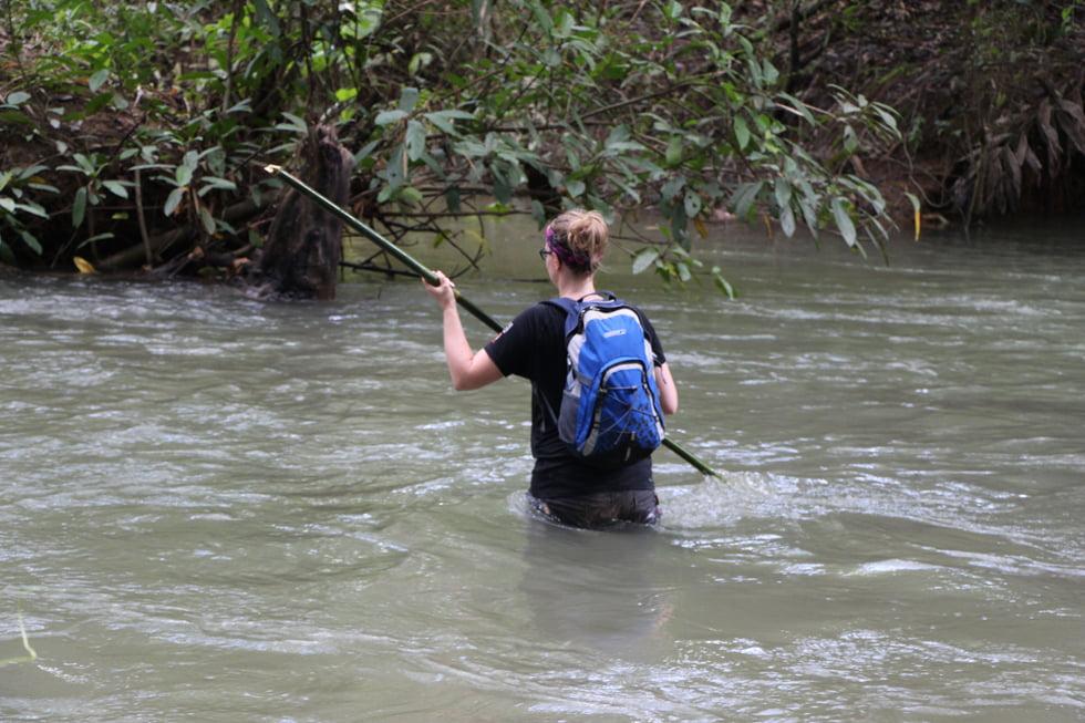 Een kolkende rivier oversteken