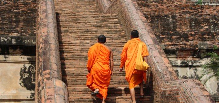 Monniken bij de Wat Yai Chai Mongkhon in Ayutthaya