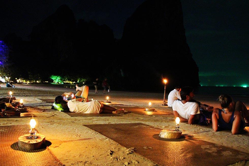 's Avonds dineren op het strand!