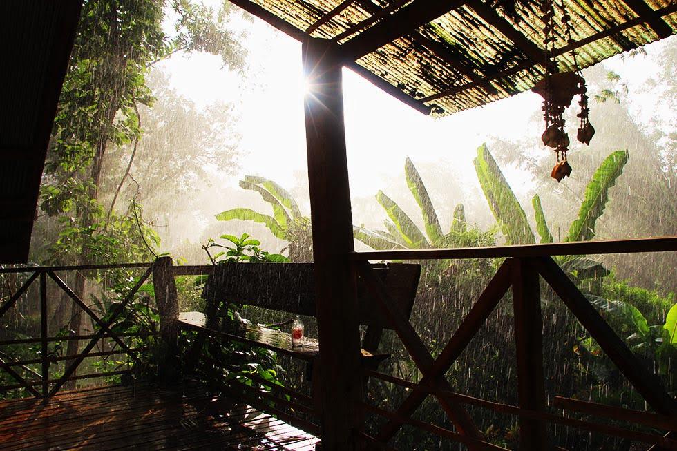 Een zonnige regenbui, gezien vanaf ons balkonnetje in Pai.