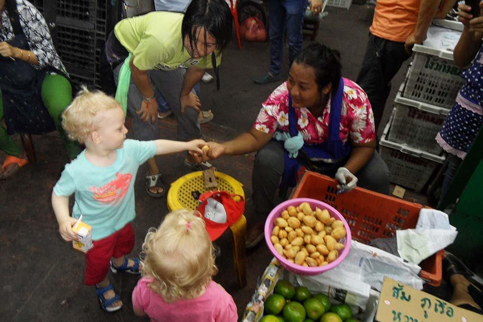 Chloë en Mason op de lokale markt.
