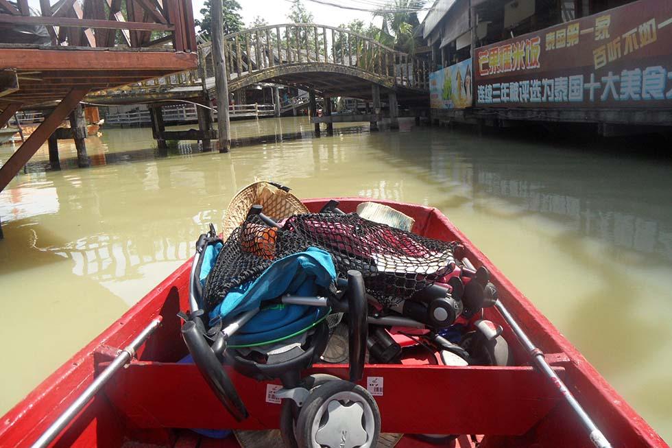 In de boot varen over de kanalen van Bangkok