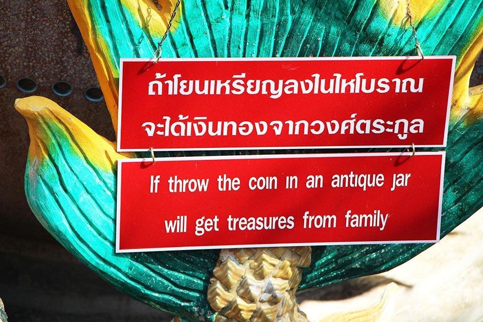 Muntjes gooien borden Wat Samphran