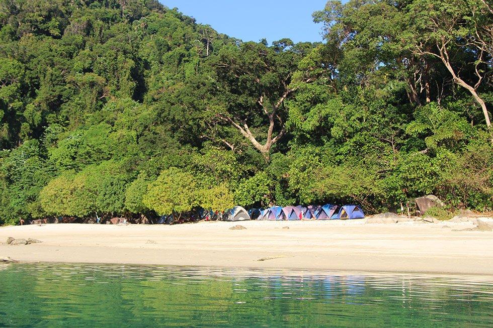 Tentjes op het Ao Chong Khat strand.