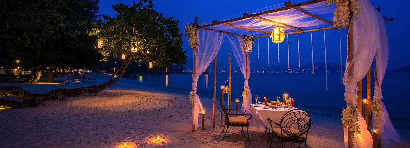 Privé-dineren op het strand bij het Old Siam Authentic Thai Restaurant