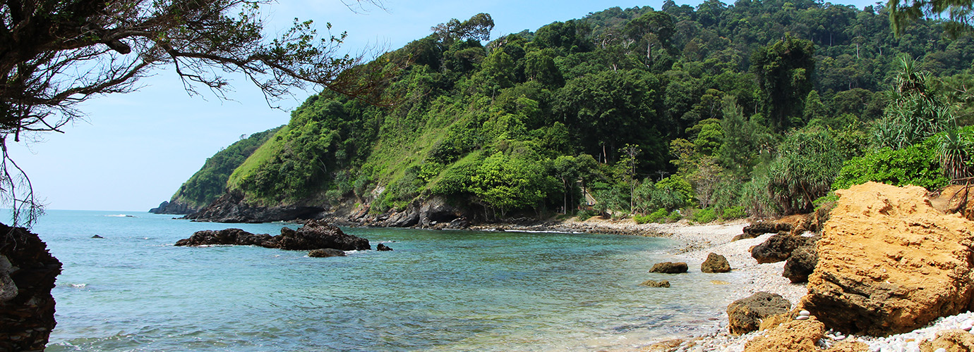 Het kiezelstrand van het Mu Koh Lanta National Marine Park