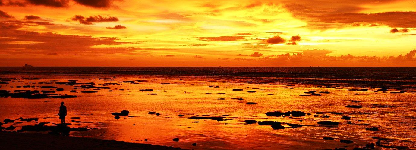 Mariska tijdens een magische zonsondergang van Klong Khong Beach