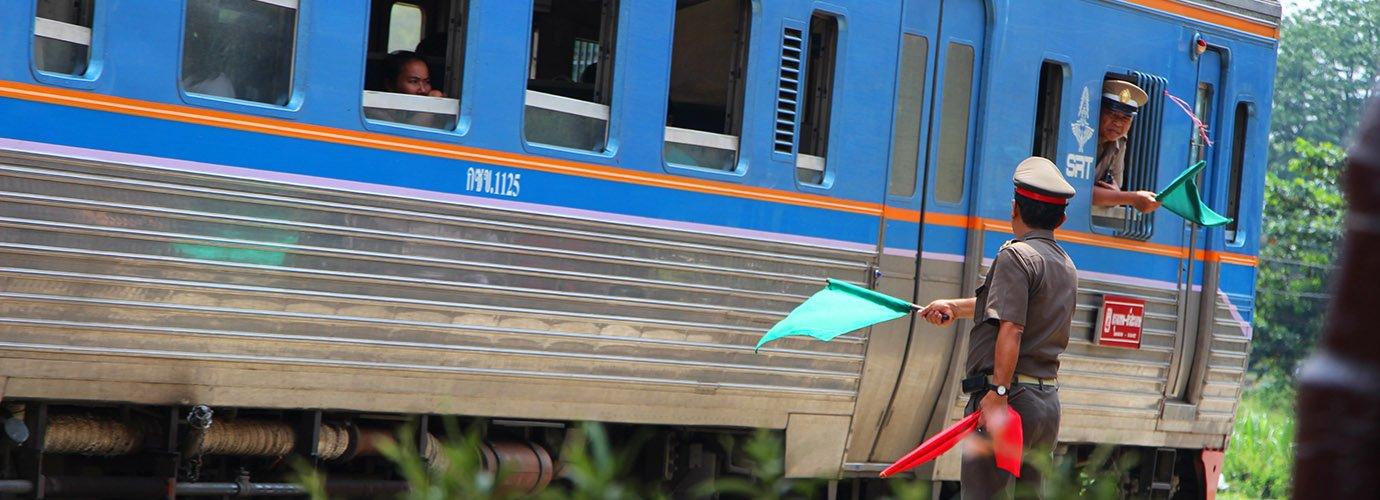 De trein vertrekt van Ayutthaya naar Bangkok
