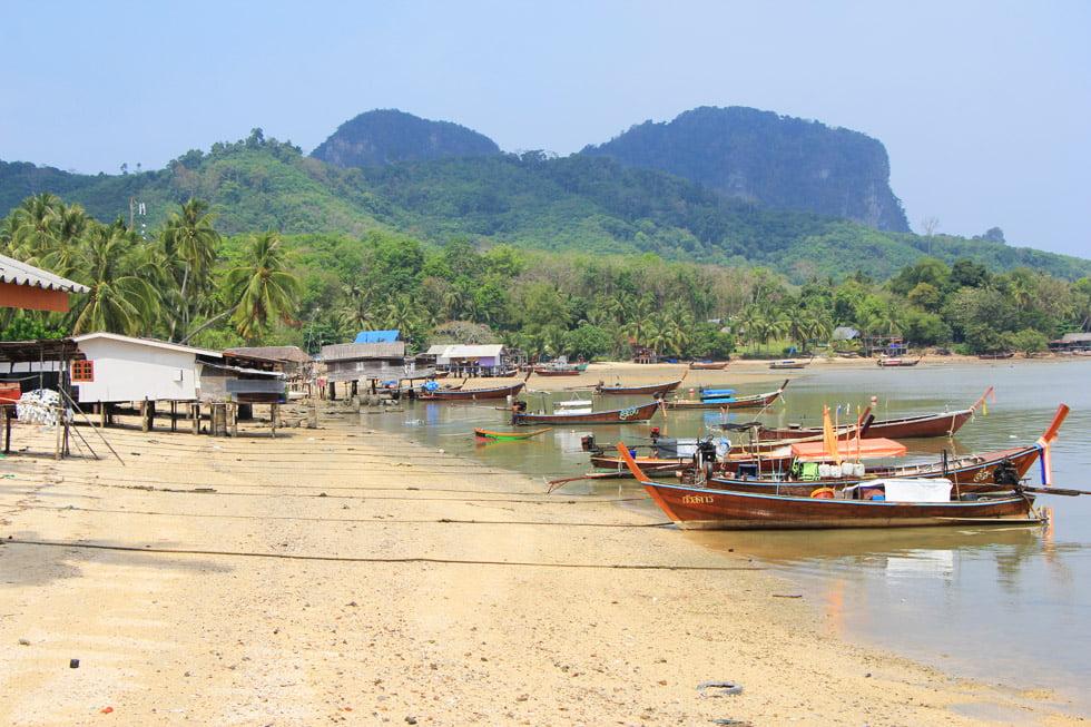 Lokaal strand op Koh Mook