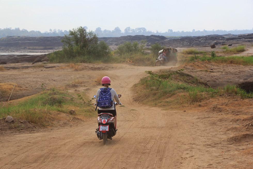 Op de scooter door Sam Phan Bok