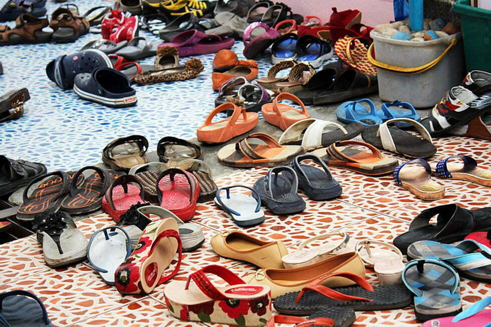 Schoenen zijn niet toegestaan in de tempel.
