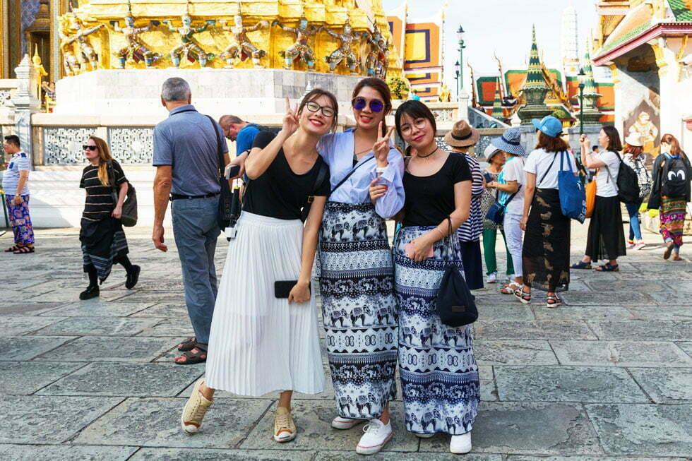Bedek knieën en schouders bij Thaise tempels.