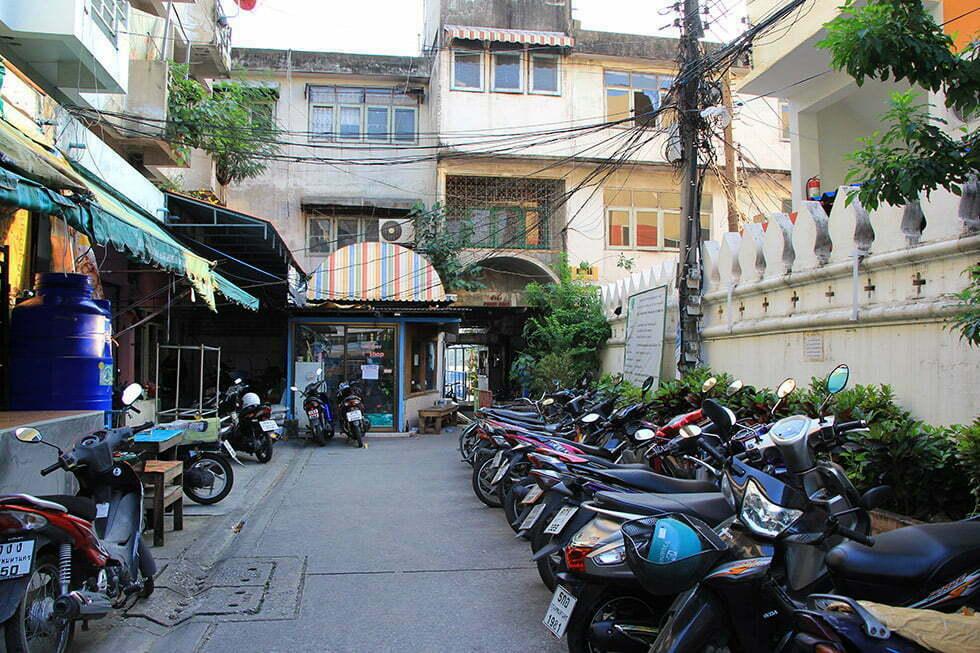 De straat voor de pier naar Bang Krachao
