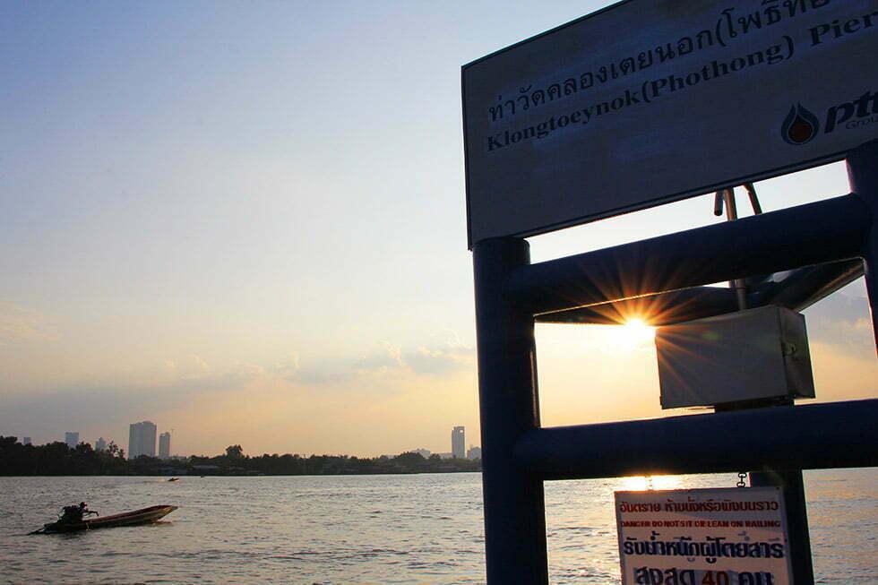 Boten naar Bang Krachao vertrekken vanaf de Klongtoeynok Phothong Pier