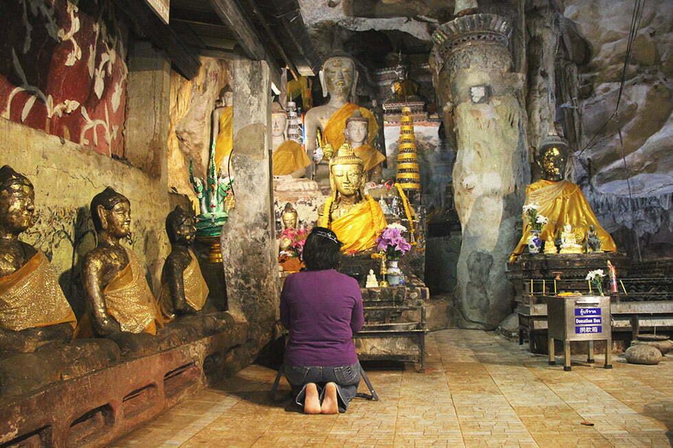 Een kleine gebedsplaats in de Chiang Dao Cave