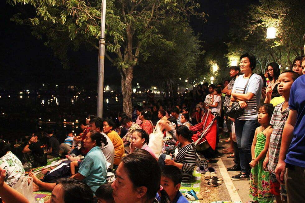 Loy Krathong in Sukhothai vier je tussen de locals