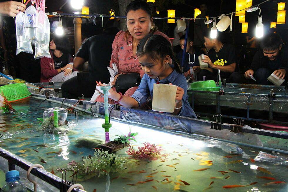 Leuk spelletje? Vissen vangen tijdens Loy Krathong in Sukhothai