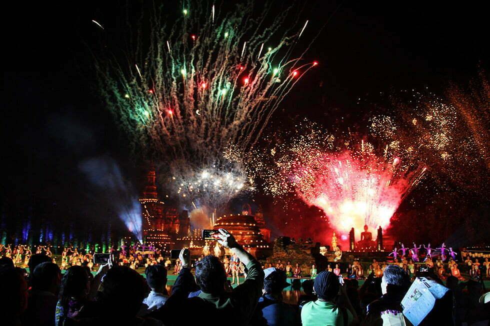 Vuurwerkshow tijdens Loy Krathong in Sukhothai