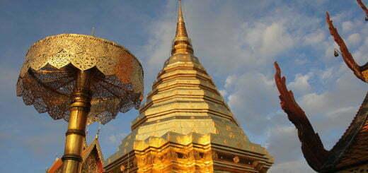 De gouden chedi en paraplu van Doi Suthep