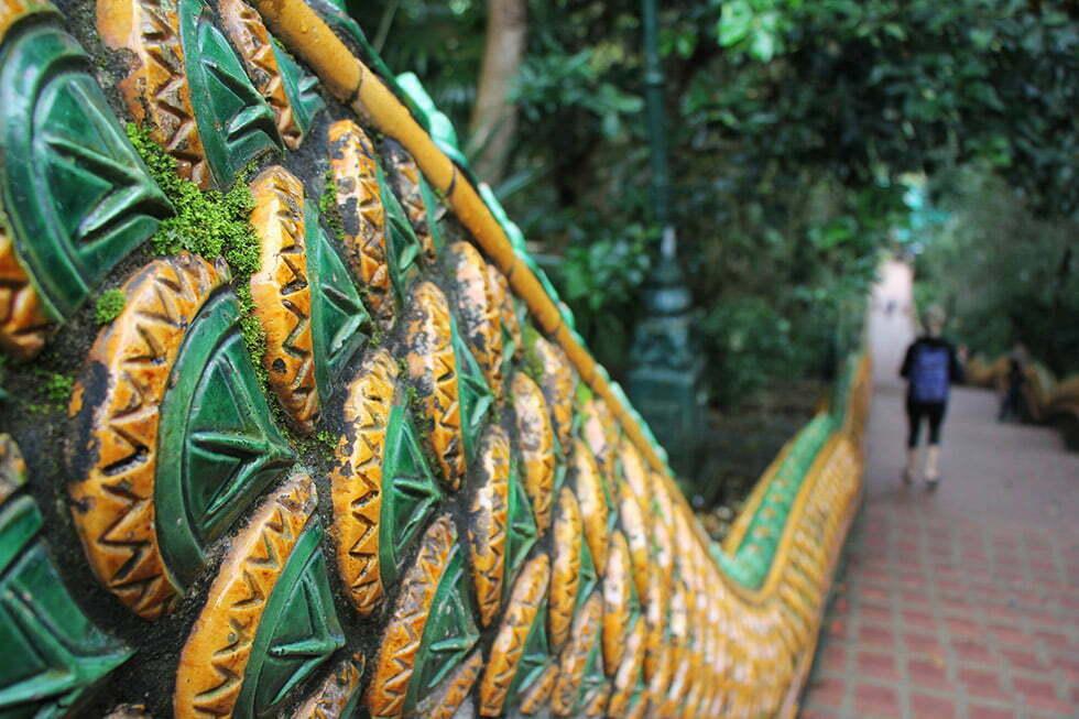 Schubben van de 'naga' op de trap naar de Doi Suthep in Chiang Mai
