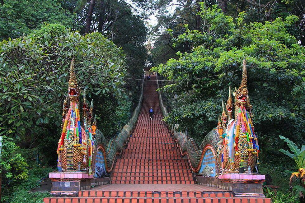 De beroemde trap naar de Doi Suthep in Chiang Mai