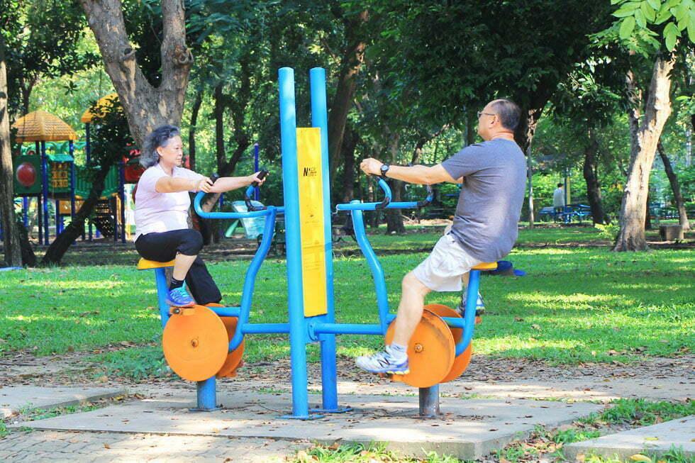 In Lumphini Park zijn veel gratis fitnessapparaten te vinden