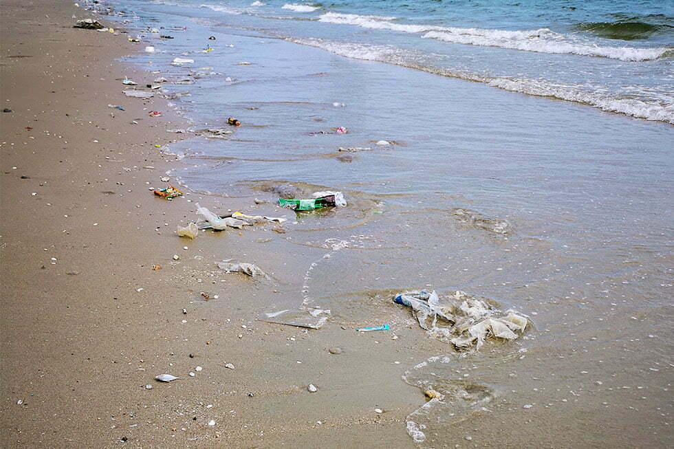 Vervuild strand van Pattaya Beach
