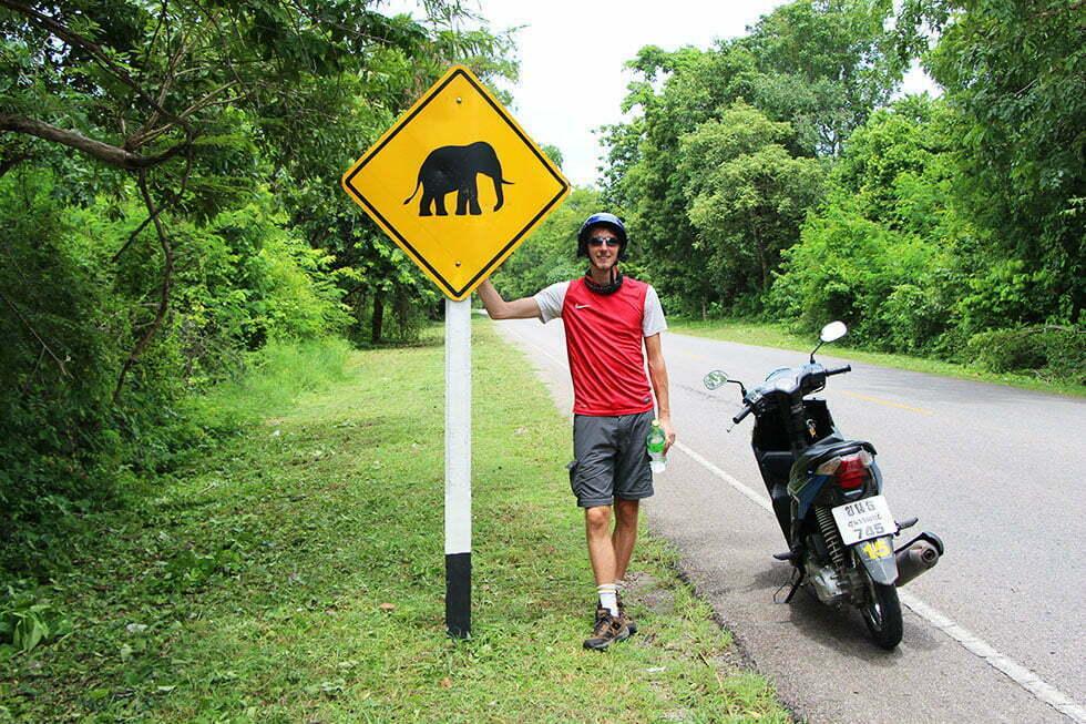 Verkeer in Kanchanaburi - Pas op voor olifanten!