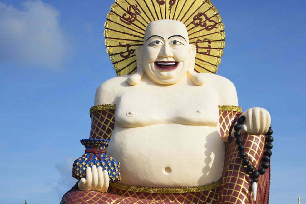 De lachende Buddha bij Wat Plai Laem op Koh Samui
