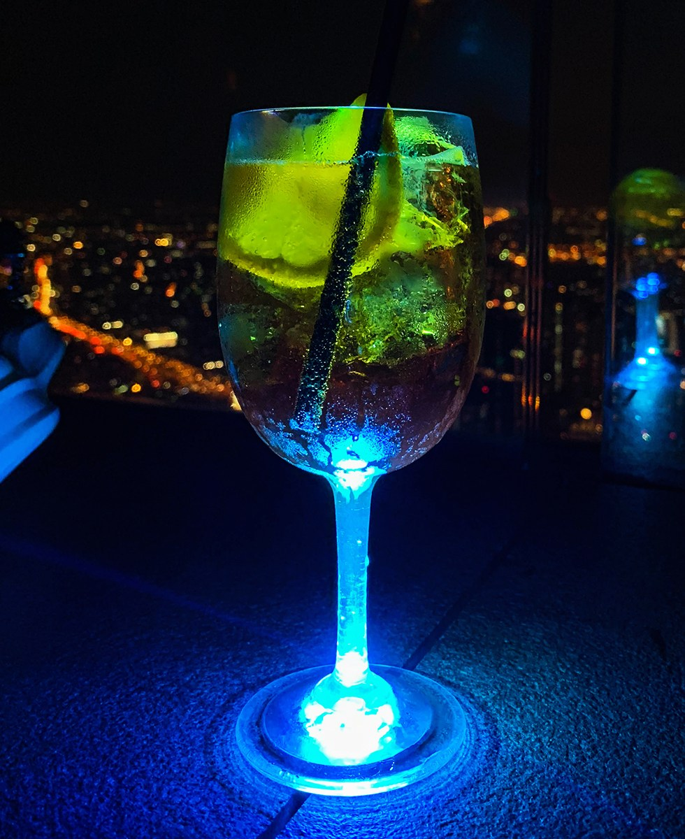 Cocktail bij MahaNakhon Skywalk in Bangkok