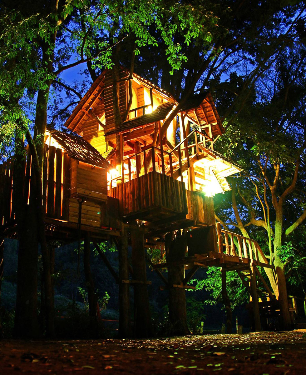 Rabeang Treehouse Resort in de avond