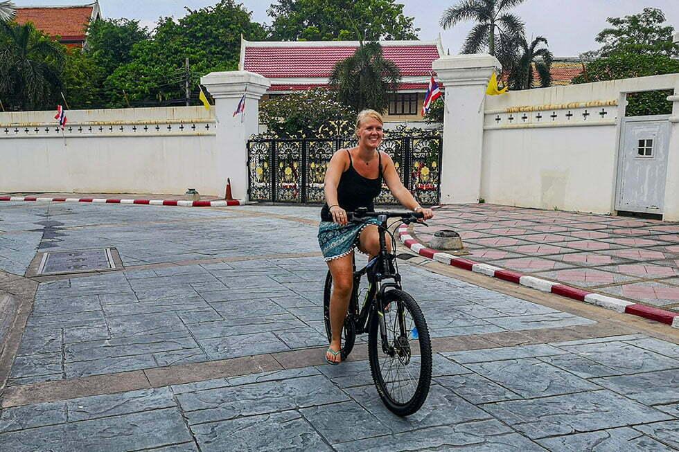 Heidi fietsend door Bangkok