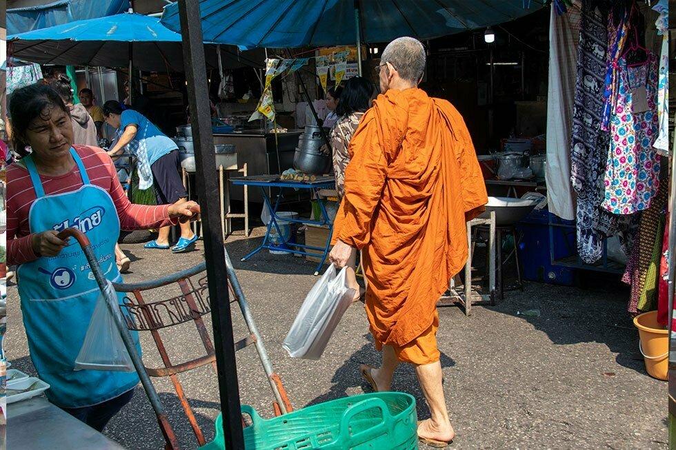 Monnik op markt